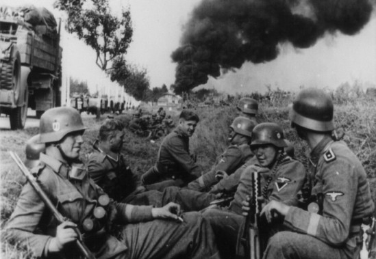 Soldiers-of-the-SS-Leibstandarte-Adolf-Hitler-Division-resting-in-a-ditch-alongside-a-road-on-the-way-to-Pabianice-during-the-invasion-of-Poland-in-1939.-LOCKlaus-Weill-960x663